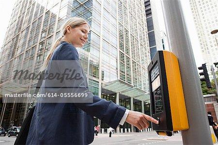 Geschäftsfrau mit Zebrastreifen