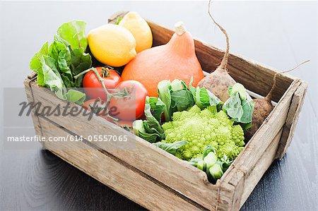Caisse en bois de légumes frais