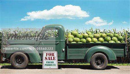 Vieille camionnette remplie de pastèques