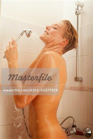Frau nehmen Dusche im Badezimmer