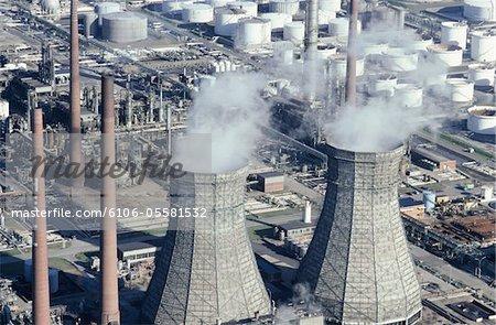 Vue des piles d'usine de l'industrie d'huile fumée, Cologne, Allemagne, (vue aérienne)