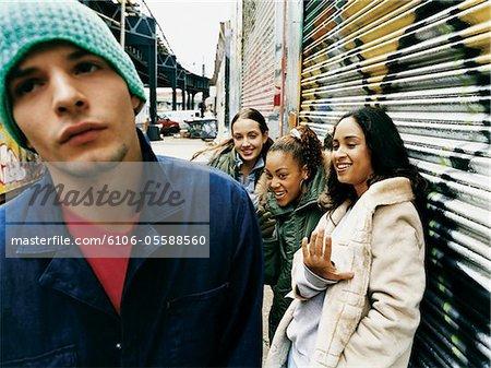 Groupe d'adolescentes Teasing adolescent