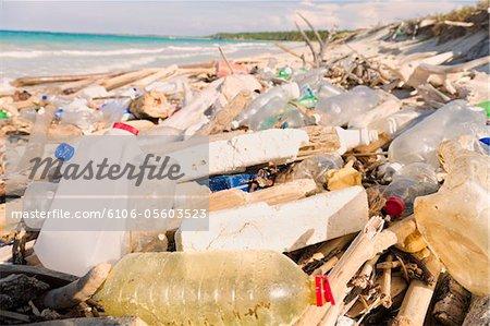 Pollution sur la plage tropicale
