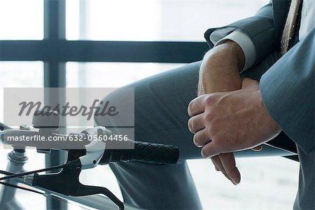 Homme d'affaires assis sur le vélo