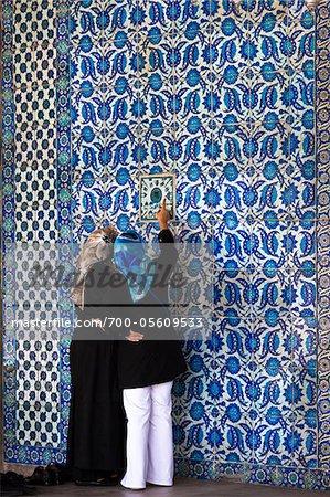 Deux femme regardant la tuile, la mosquée de Rustem Pasha, Istanbul, Turquie