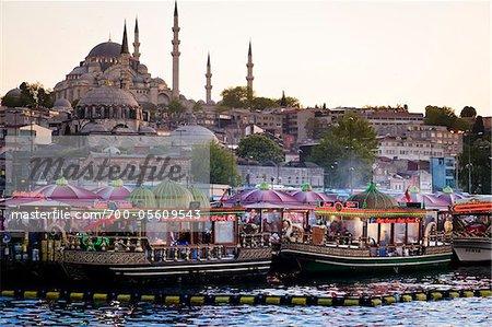 Boote vor Suleymaniye und Yeni Camii Moscheen, Viertel Eminonu, Istanbul, Türkei