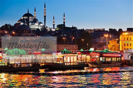 Bateaux devant Soliman le magnifique et Yeni Camii mosquées, quartier d'Eminonu, Istanbul, Turquie