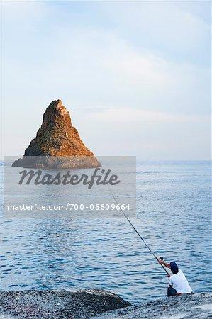 Man Angeln, Aci Trezza, Provinz Catania, Sizilien, Italien