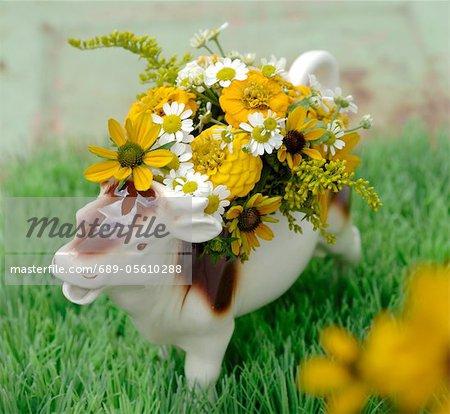 Figurine de vache avec des fleurs