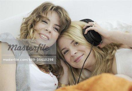 Deux jeunes femmes, écouter de la musique