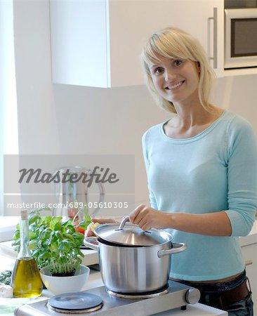 Jeune femme de cuisson dans la cuisine