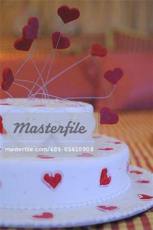 Torte mit Namensschilder und Herzen
