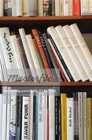 Regal voller Bücher