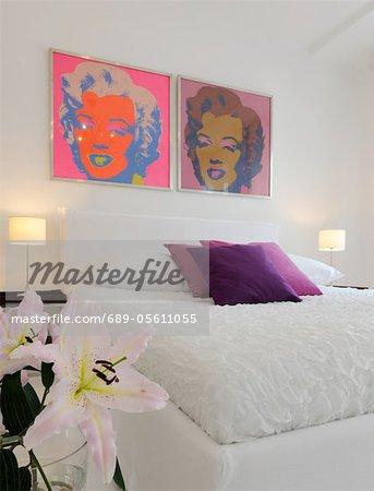 Chambre moderne avec pop art au-dessus du lit