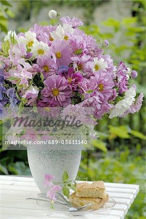 Bouquet de fleurs sur la table de jardin