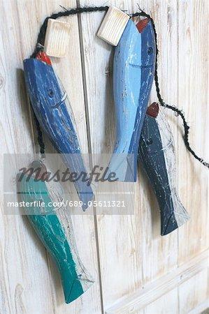 Quatre figures de poisson accroché à la poignée