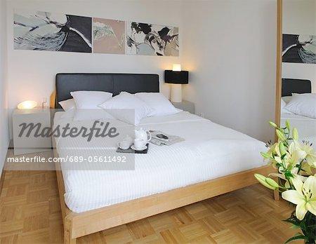 Chambre à coucher avec plateau de lit