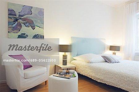 Moderne Schlafzimmer mit Malerei an der Wand