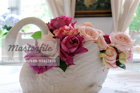 Fleurs roses en figurine de cygne