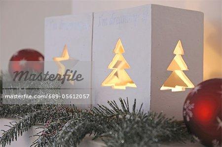 Décoration de Noël avec windlights sur la corniche