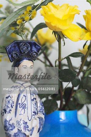 Roses jaunes et asiatique