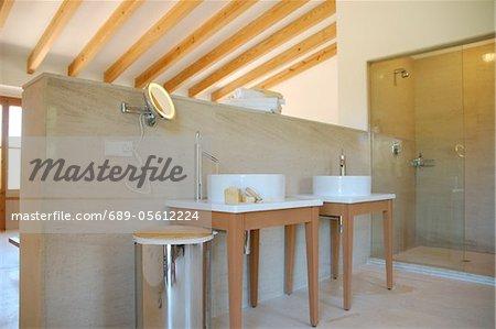 Zimmer mit Waschbecken auf eine Trennwand