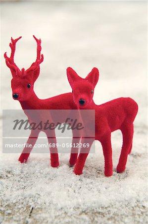 Figurines de deux red deer dans la neige faux