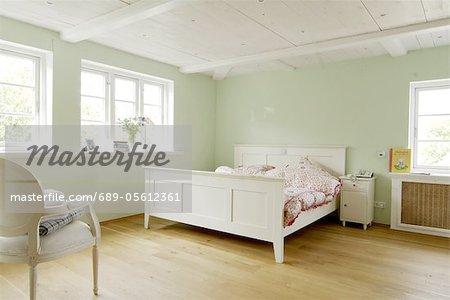 Holzfußboden Schlafzimmer ~ Schlafzimmer mit holzfußboden und grüne wände stockbilder