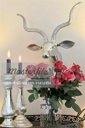 Bouquet de roses, des bougies et des bois de cerf