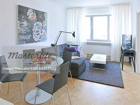 Modernen Wohnzimmer mit Malerei und Essbereich