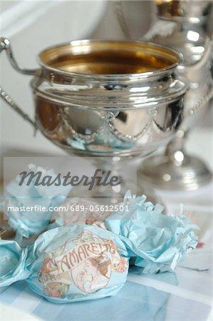 Süßigkeiten und Silber-Schale