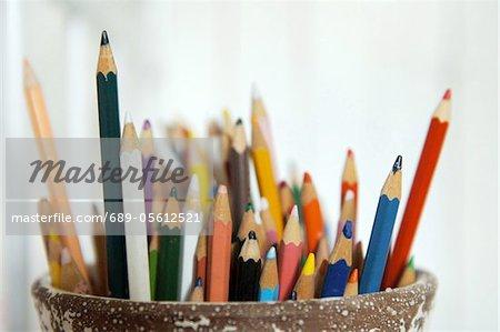 Crayons de couleur dans un porte-stylo