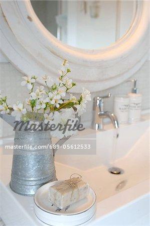 Pot de fleurs et de pain de savon dans la salle de bain