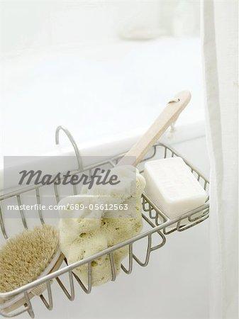 Éponge et du savon, brosse à baignoire