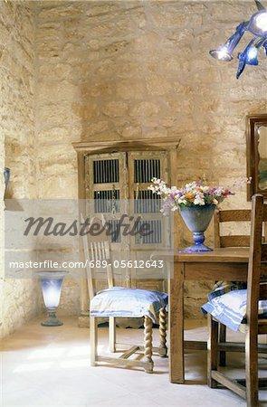 Salle à manger dans une maison avec mur de Pierre