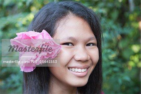 Portrait d'une jeune adolescente avec une fleur dans les cheveux