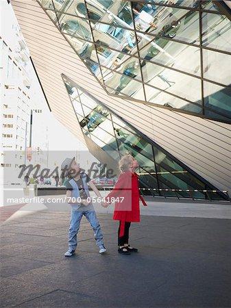 Kinder außen Royal Ontario Museum in Toronto, Ontario, Kanada