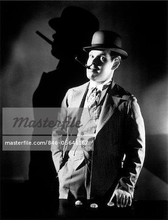 ANNÉES 1920 - ANNÉES 1930 CON MAN PORTANT CHAPEAU MELON D'EXPLOITATION SHELL GAME FUMER CIGARE