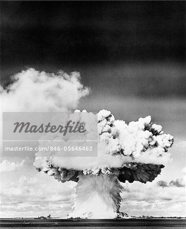 NUAGE DE CHAMPIGNON EXPLOSION BOMBE ATOMIQUE DES ANNÉES 1940 - ANNÉES 1950