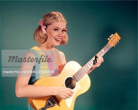 ANNÉES 1960 PERKY ADOLESCENT BLOND CHANTEUR FOLK PLAYING GUITAR