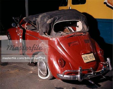 ANNÉES 1960 1960 BUG ROUGE DE VOLKSWAGEN BEETLE CABRIOLET VOITURE ÉPAVE CRASH ÉCRASÉS ÉPAVES NAUFRAGÉS RUINE DOMMAGES ACCIDENT RÉTRO