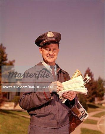 1960ER JAHRE LÄCHELND MAILMAN BUCHSTABEN MAIL LEDER MAILBAG IN VORORTE NACHBARSCHAFT HALTEN
