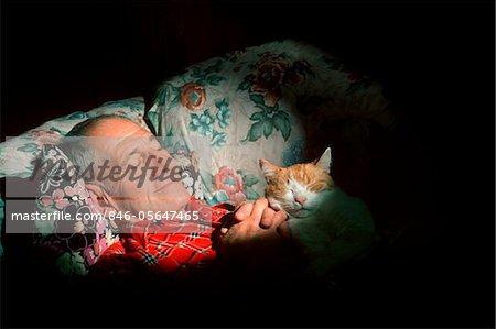 ANNÉES 1980 MAN SLEEPING WITH CAT SUR POITRINE