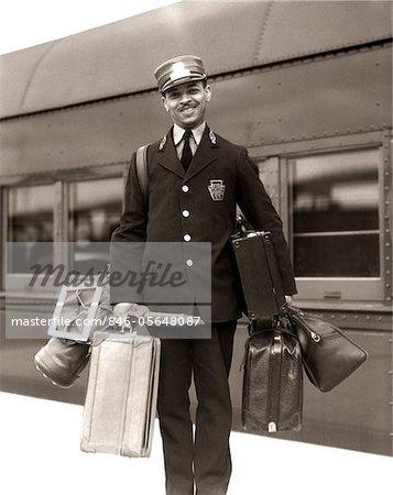 ANNÉES 1930 - ANNÉES 1940 PORTRAIT SOURIANT AFRO-AMÉRICAIN HOMME CASQUETTE ROUGE PORTER PORTEURS BAGAGES SACS BAGAGES PASSAGERS RAILROAD TRAIN