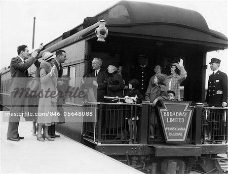FAMILLE DES ANNÉES 1930 AVEC PLATE-FORME DE TRAIN VOITURE D'OBSERVATION GRANDS-PARENTS & CONDUCTEUR ON BROADWAY LIMITED AGITANT GOODBYE & ADIEU