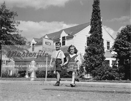 ANNÉES 1940 - ANNÉES 1950 BOY GIRL HOLDING MAINS CROISEMENT RUE VA SCHOOL WATCH ENFANTS SIGNE