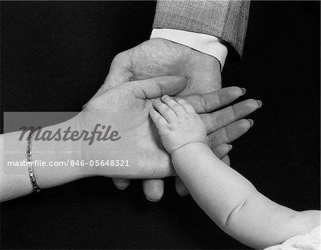 DES ANNÉES 1950 DES MAINS DU PÈRE DE MÈRE DE FAMILLE HOMME FEMME ENFANT BÉBÉ