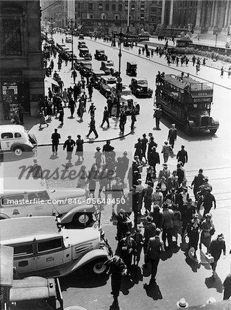 ANNÉES 1930 PIÉTONNE VOITURES FOULE CROISEMENT INTERSECTION 42ND STREET & 5TH AVENUE NYC TAXIS DOUBLE DECKER BUS RUE VUE AÉRIENNE