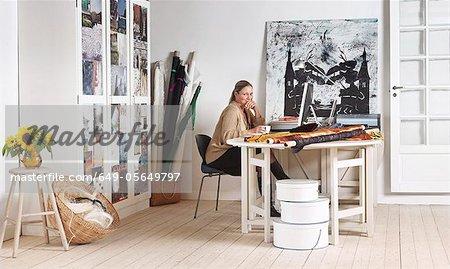 Designer sitzen am Computer im Büro