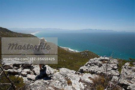 Randonneuse sur roches Echo Valley trail, près de Kalk Bay, Cape Town, Western Cape Province, Afrique du Sud
